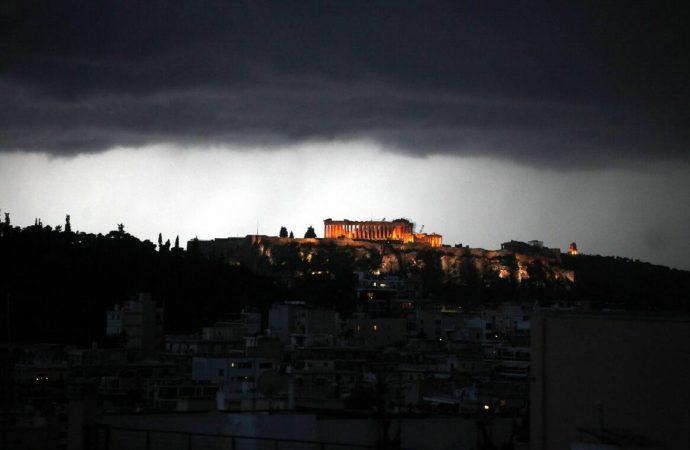 Τέσσερις τραυματίες από κεραυνό στην Ακρόπολη