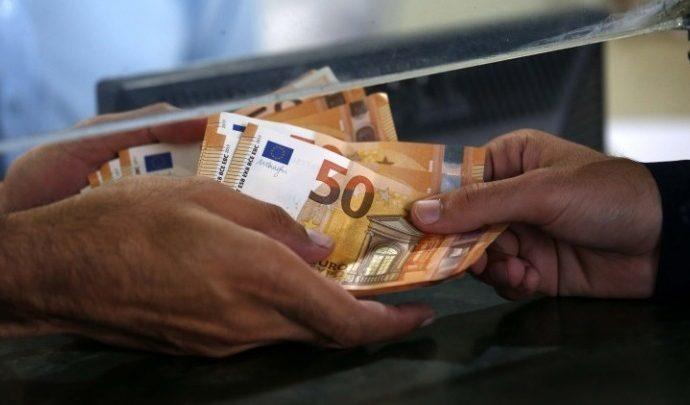 Αυξάνονται οι δικαιούχοι των 800 ευρώ με τροπολογία που κατατέθηκε στη Βουλή